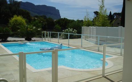 Barreras de protecci n para piscinas piscinas desjoyaux for Piscinas plastico duro