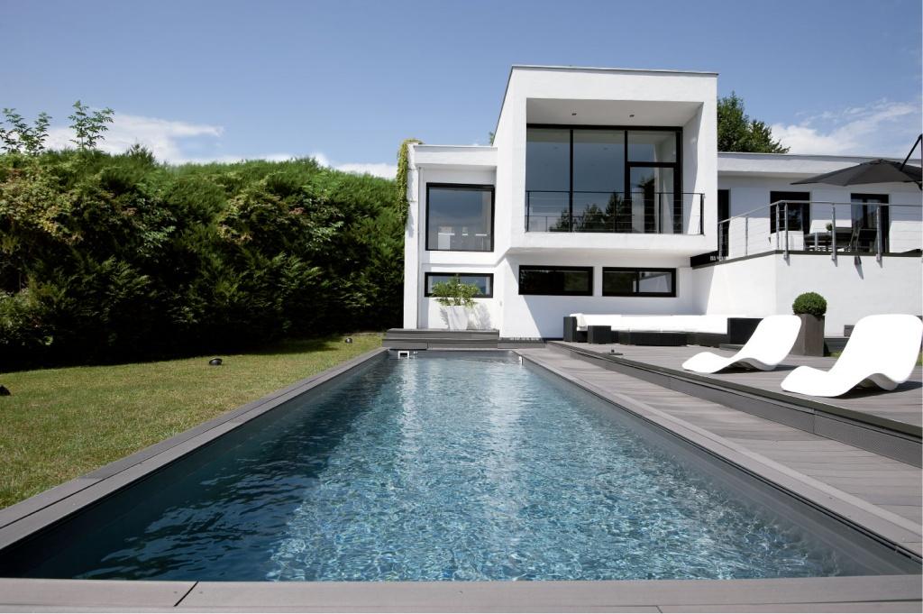 Piscinas de lujo piscinas desjoyaux for Formas de piscinas